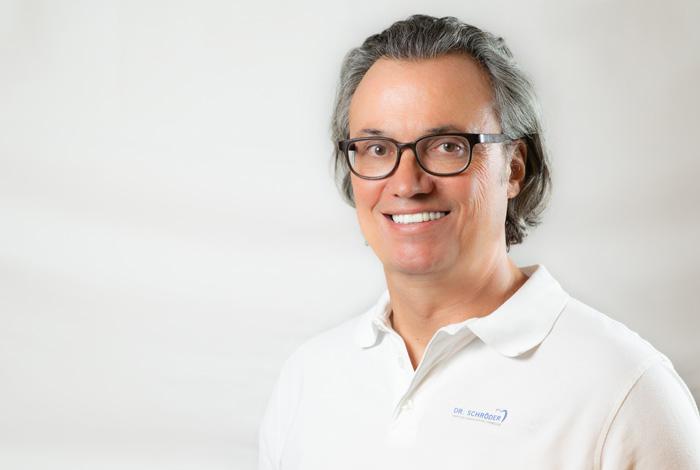 """Zahnarzt Dr. med. dent. Thomas Schröder in Stuttgart entwickelte in 17 Jahren privatärztlicher Tätigkeit das """"Fünf-Säulen-Konzept"""" und ist sehr erfahren bei Angstpatienten. Behandelnder Zahnarzt in der Zahnarztpraxis Dr. Schröder - Kompetenz-Zentrum für moderne Zahnmedizin in Stuttgart."""