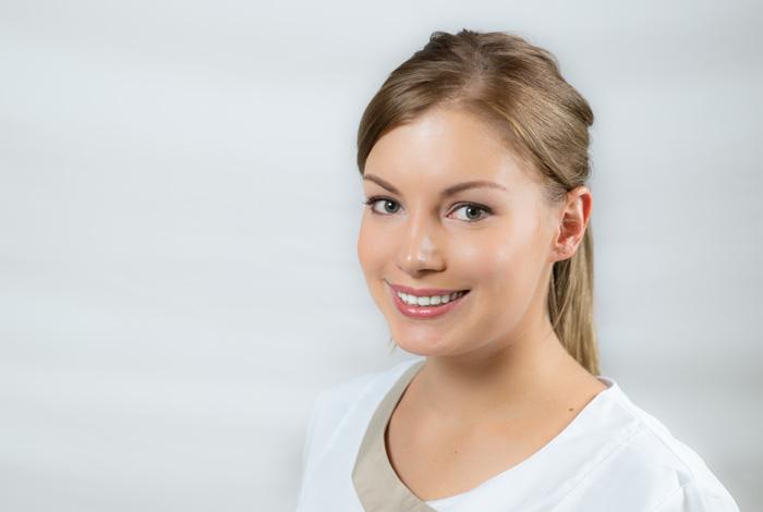 Mitarbeiter der Zahnarztpraxis Dr. Schröder - Kompetenz-Zentrum für moderne Zahnmedizin in Stuttgart-Mitte. Ihr Zahnarzt in der Stuttgarter Innenstadt für Zahnerhaltung, Zahnersatz & ästhetische Zahnheilkunde.