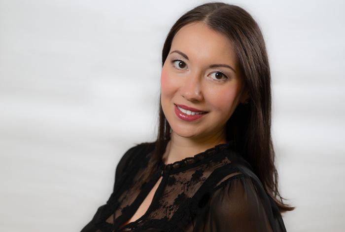 Mitarbeiterin der Zahnarztpraxis Dr. Schröder - Kompetenz-Zentrum für moderne Zahnmedizin in Stuttgart. Ihr Zahnarzt in der Stuttgarter Innenstadt für Zahnerhaltung, Zahnersatz & ästhetische Zahnheilkunde.